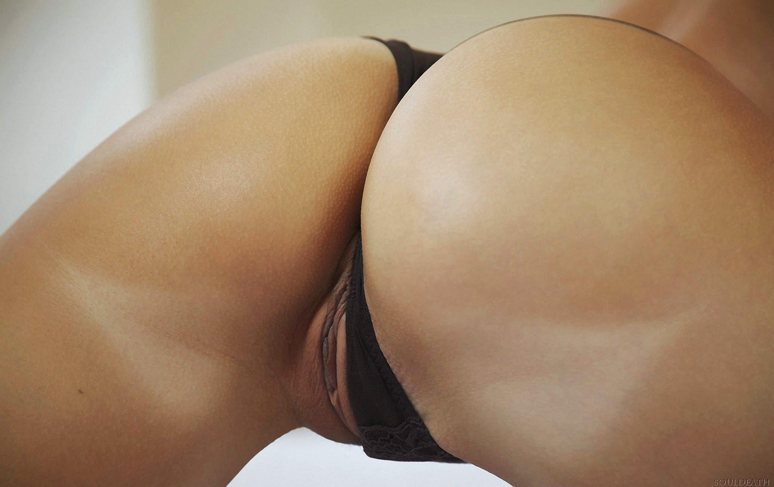 Задница телки в стрингах