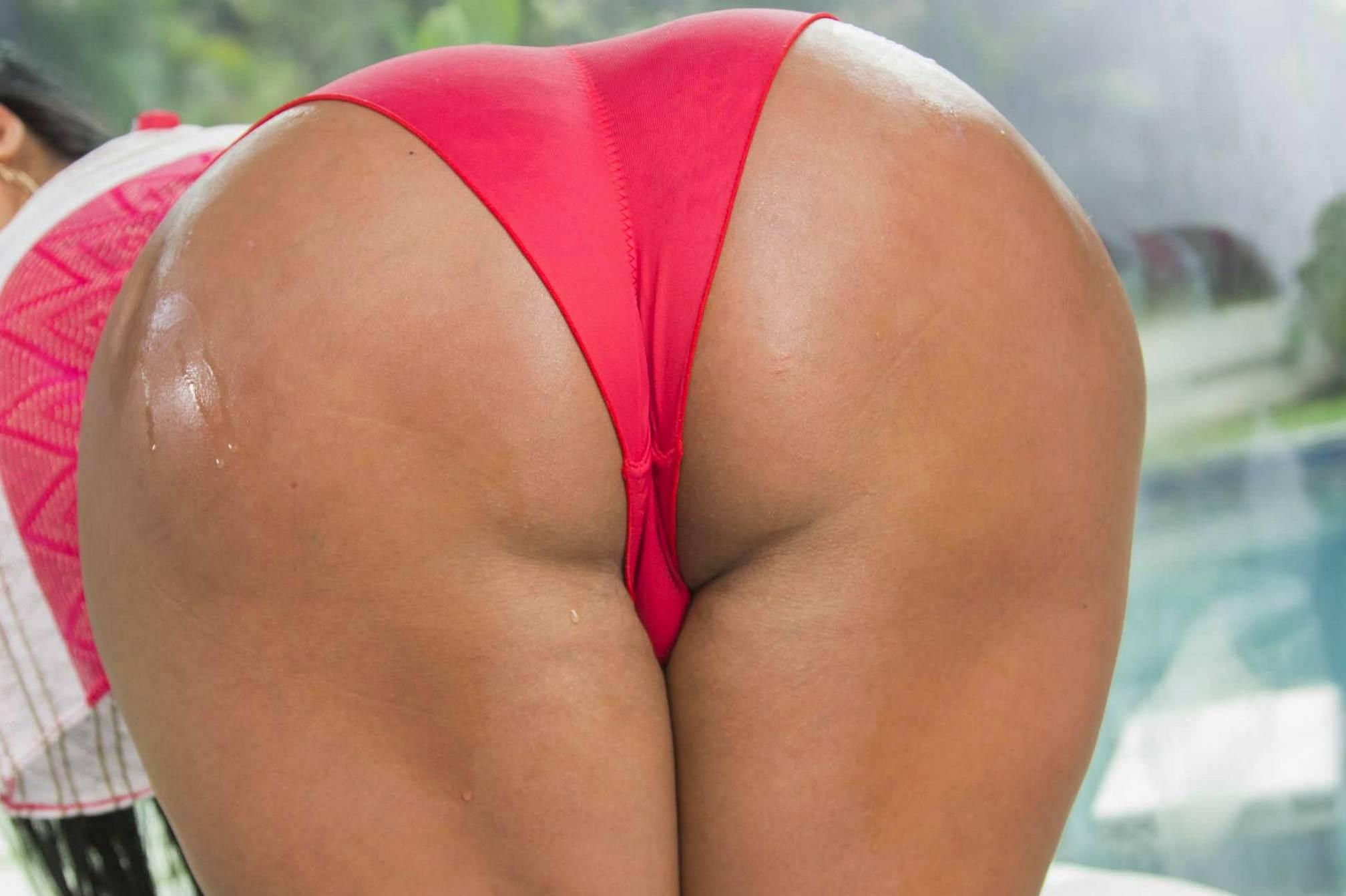 Сочная попка в красных шортиках фото 635-970