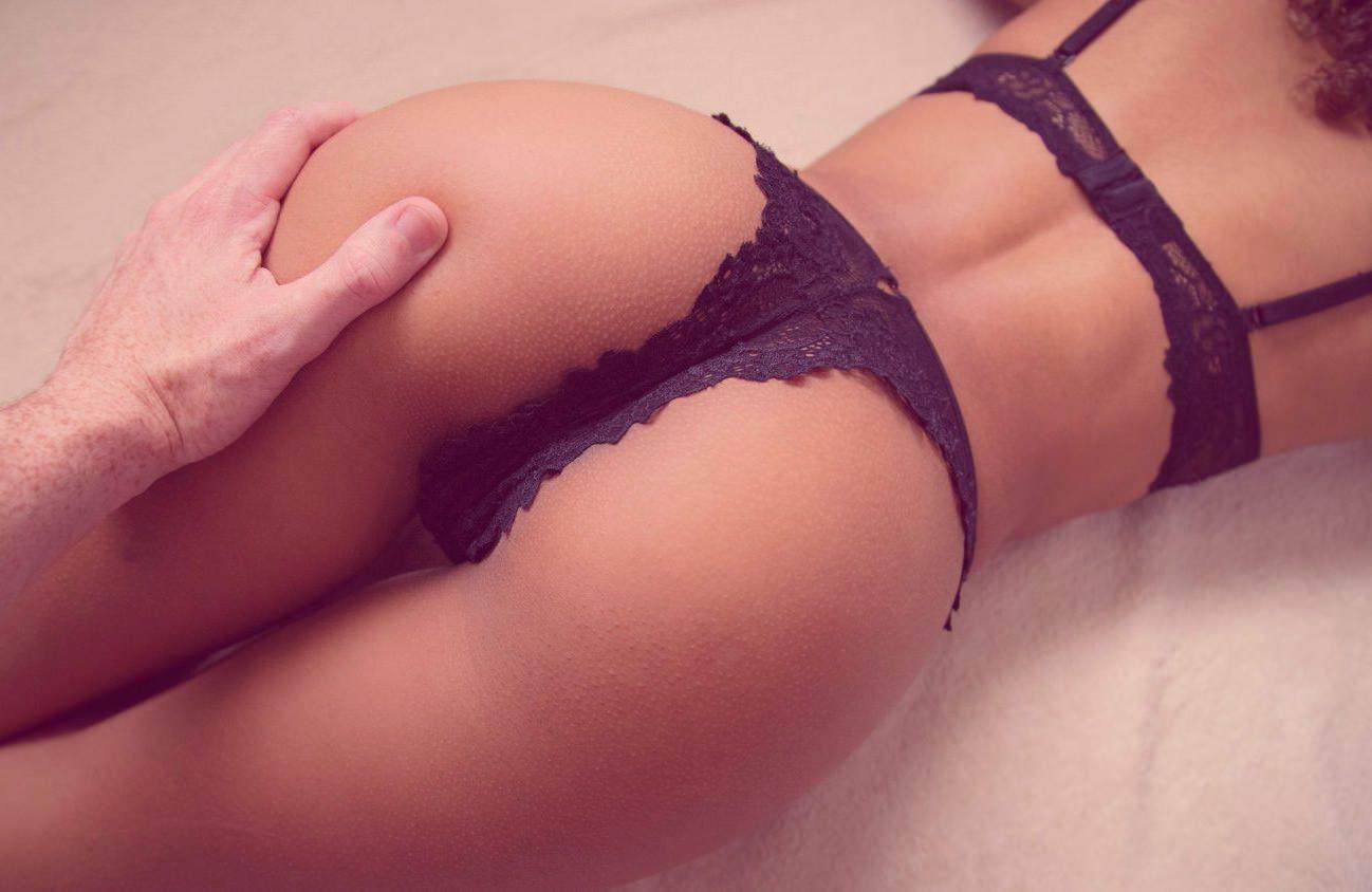 Женская попа в ажурных трусиках 4 фотография