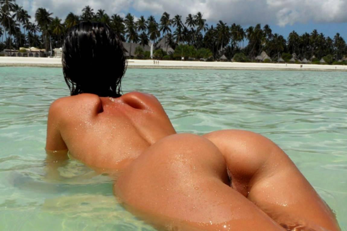 golie-popki-pod-vodoy-foto