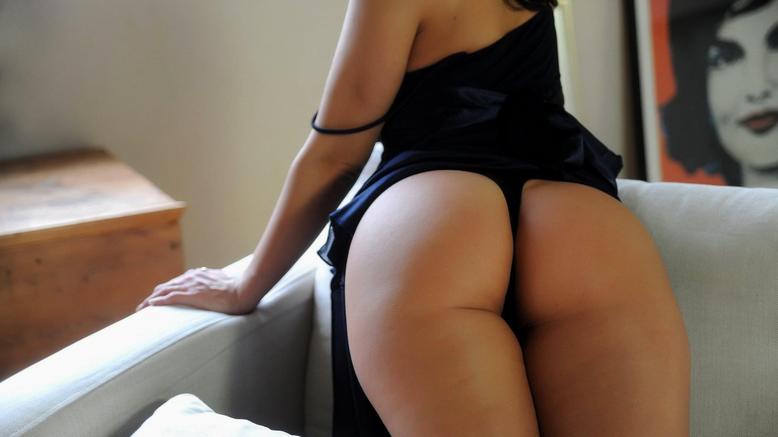 Вид девушки сзади голой на черном фоне — pic 4