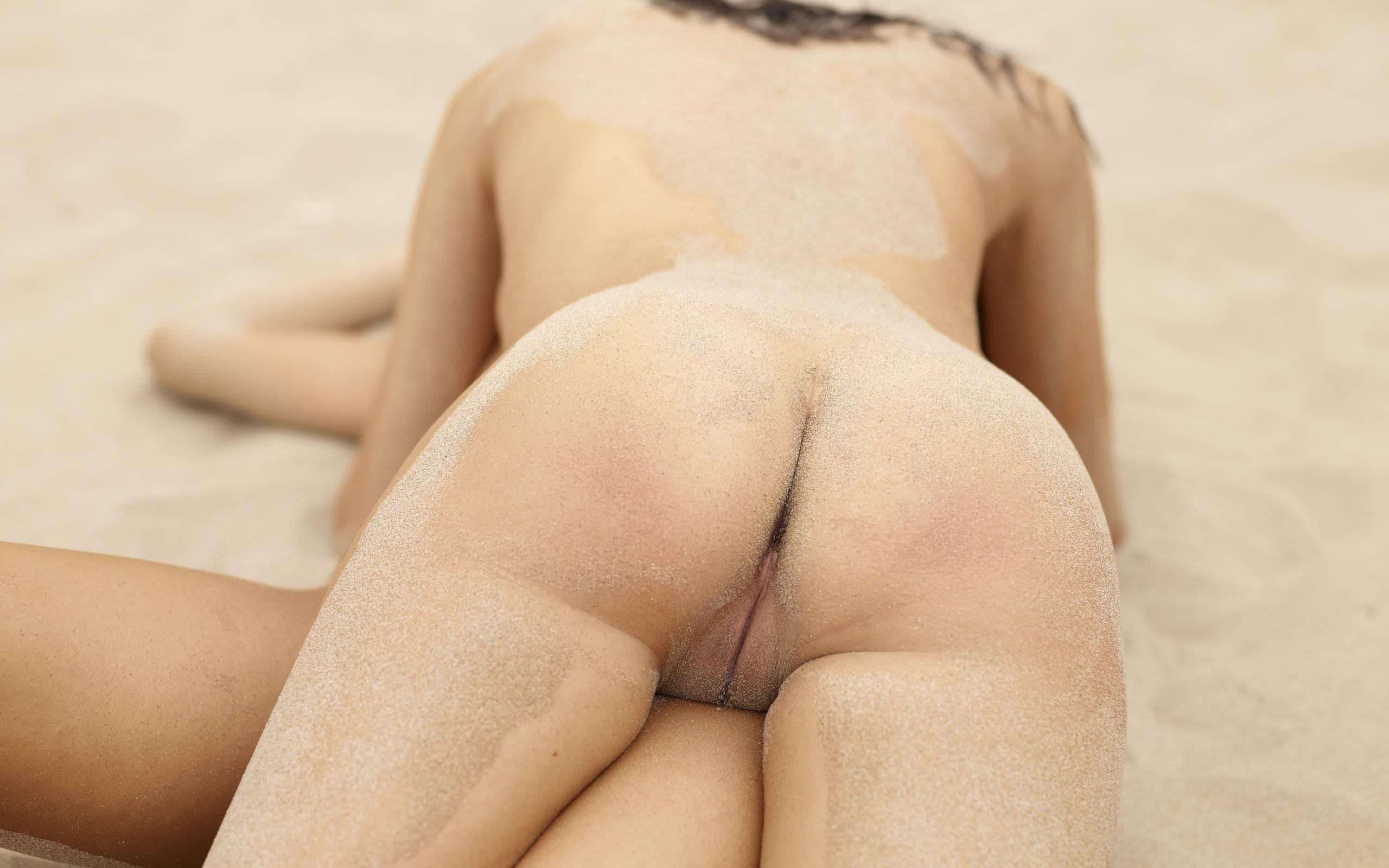 голые девушки в песке фото
