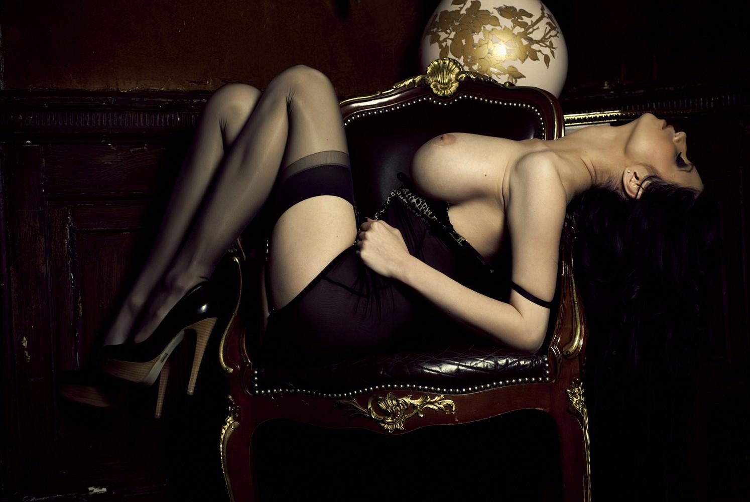 Эротичные фото девушек в платье и чулках 23 фотография