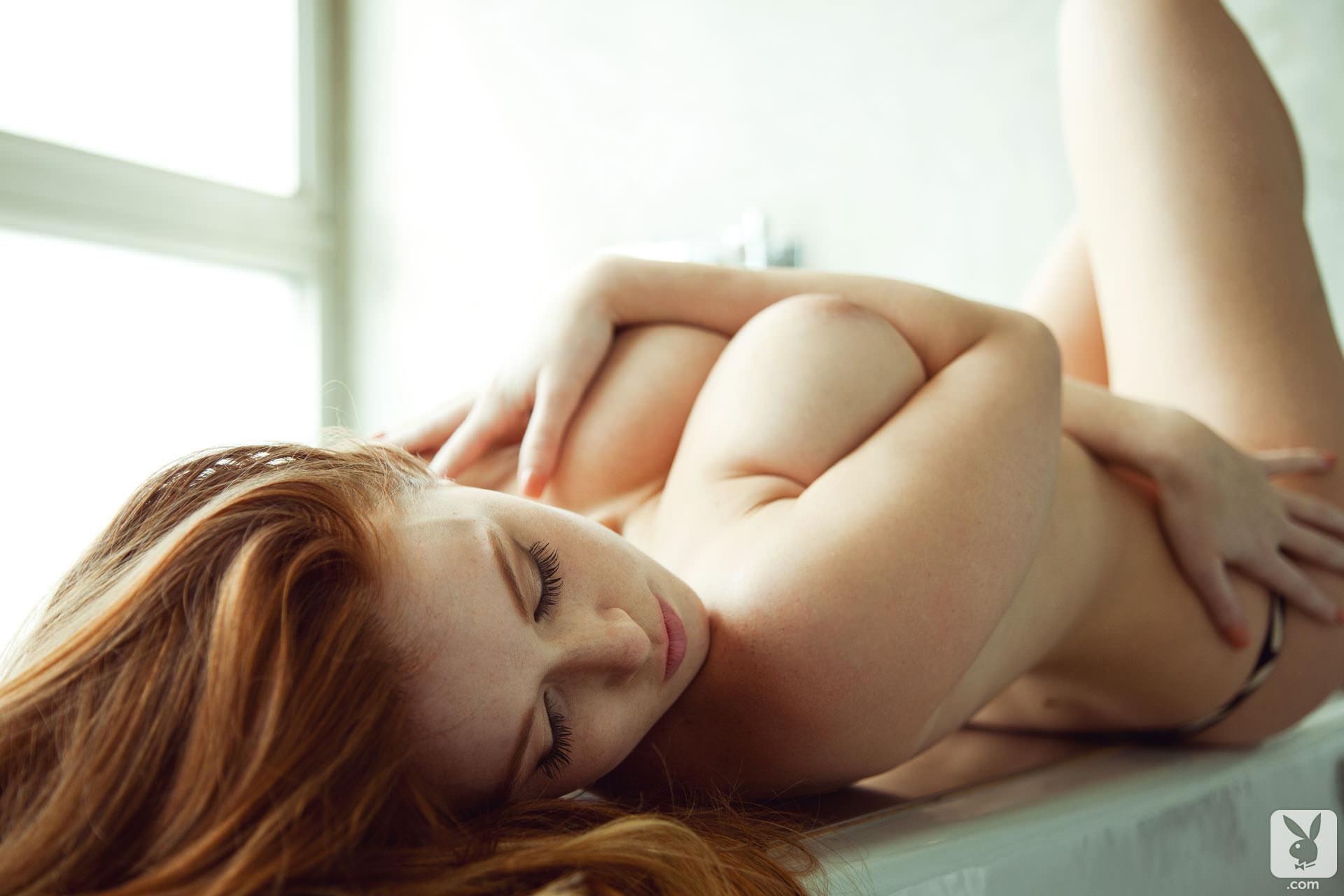Рыжая девушка с красивым телом 22 фотография