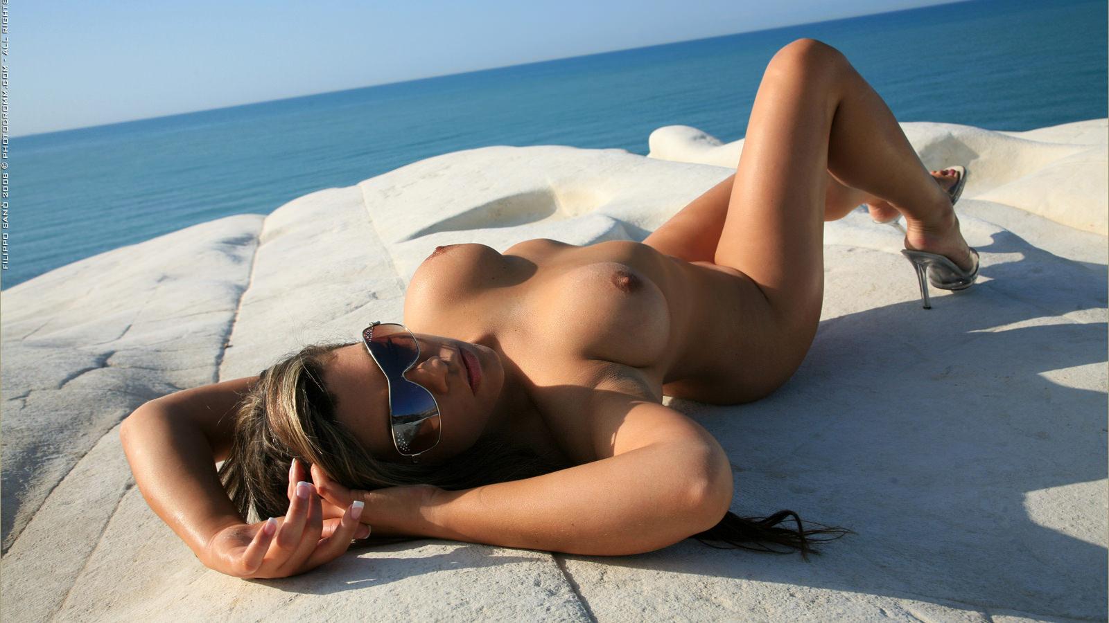 Фото обнаженных девушек на пляже в очках 7 фотография