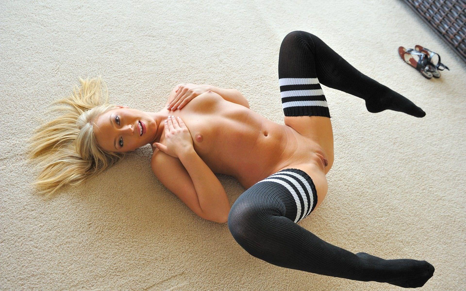 Секс с девушкой в трусах и в носках 10 фотография