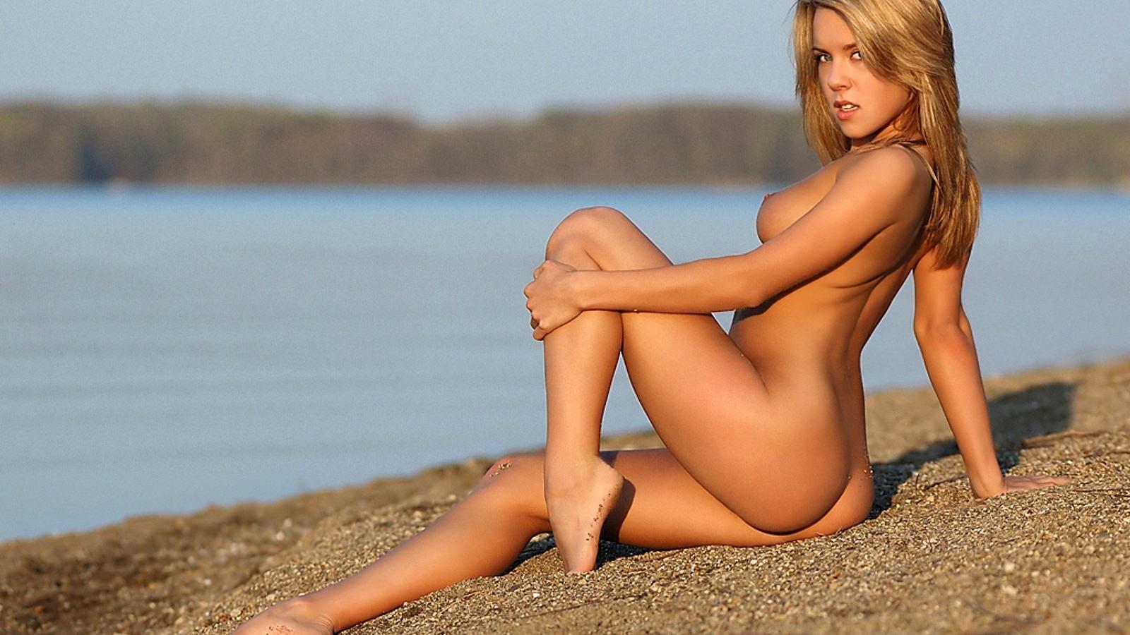 Раздетая девушка одна на пляже