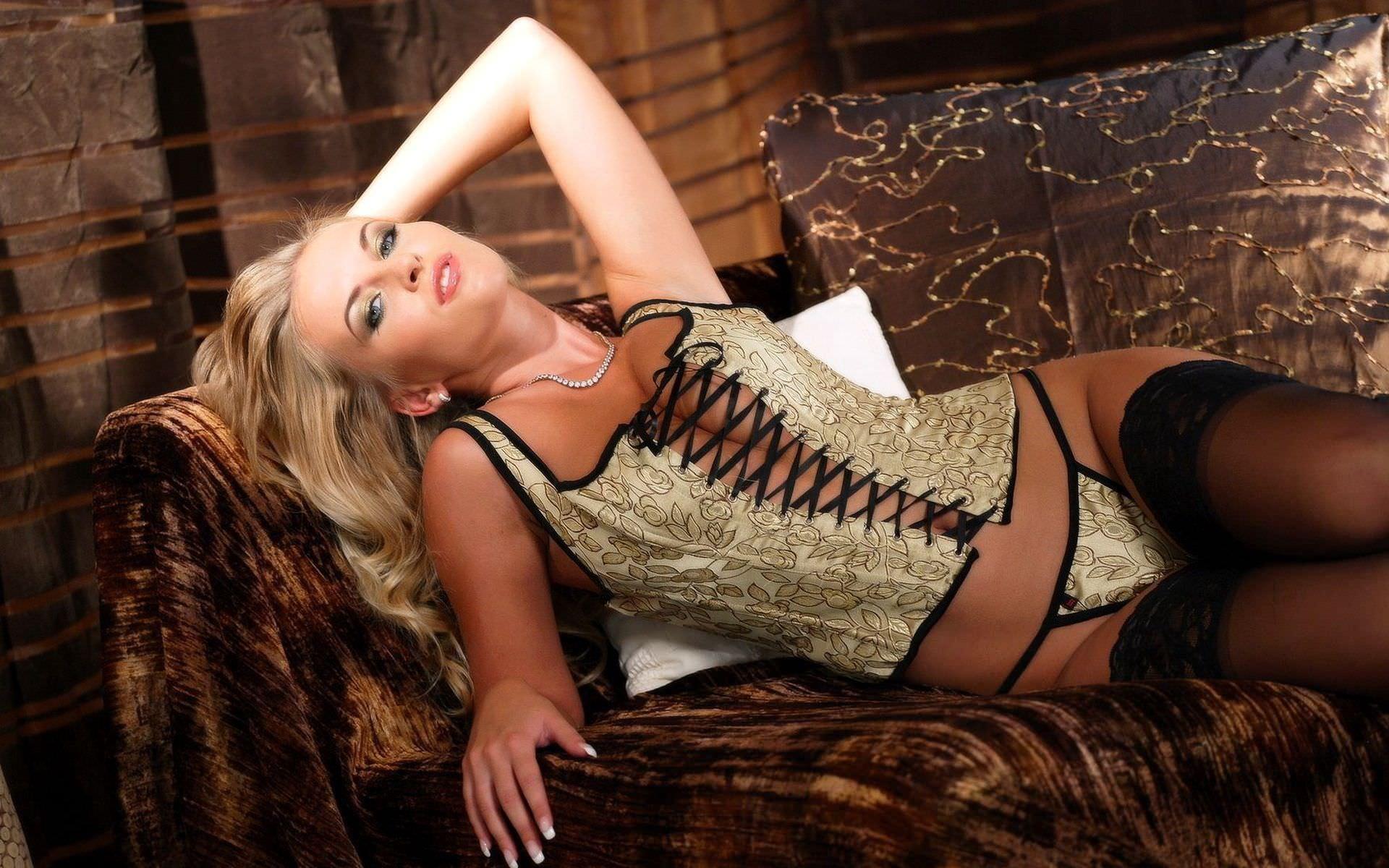 Фото блондинок в кожаных корсетах 11 фотография