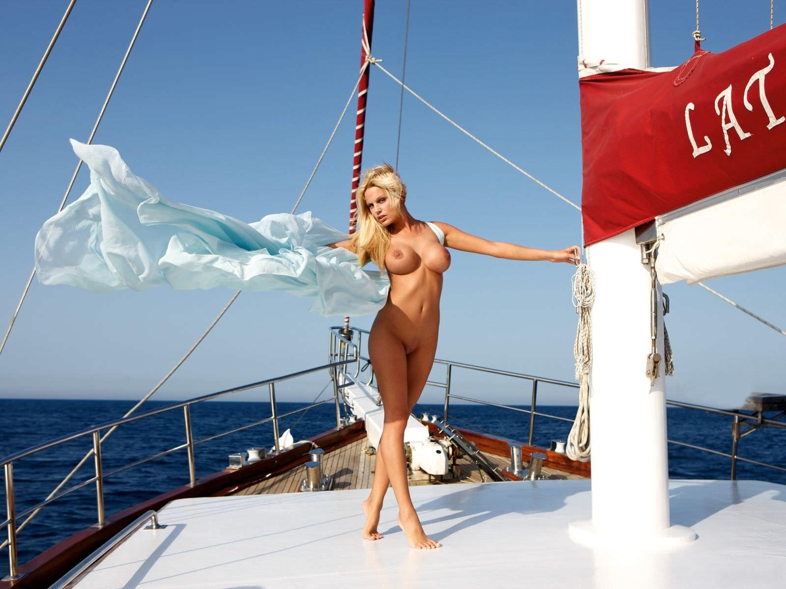 Секс грудастых девушек на яхте 22 фотография