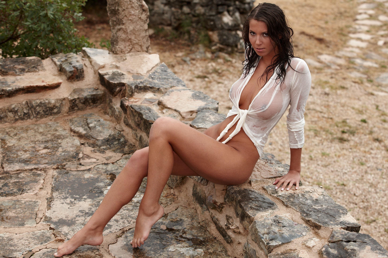 фото где у девушки видно сквозь блузку сиськи