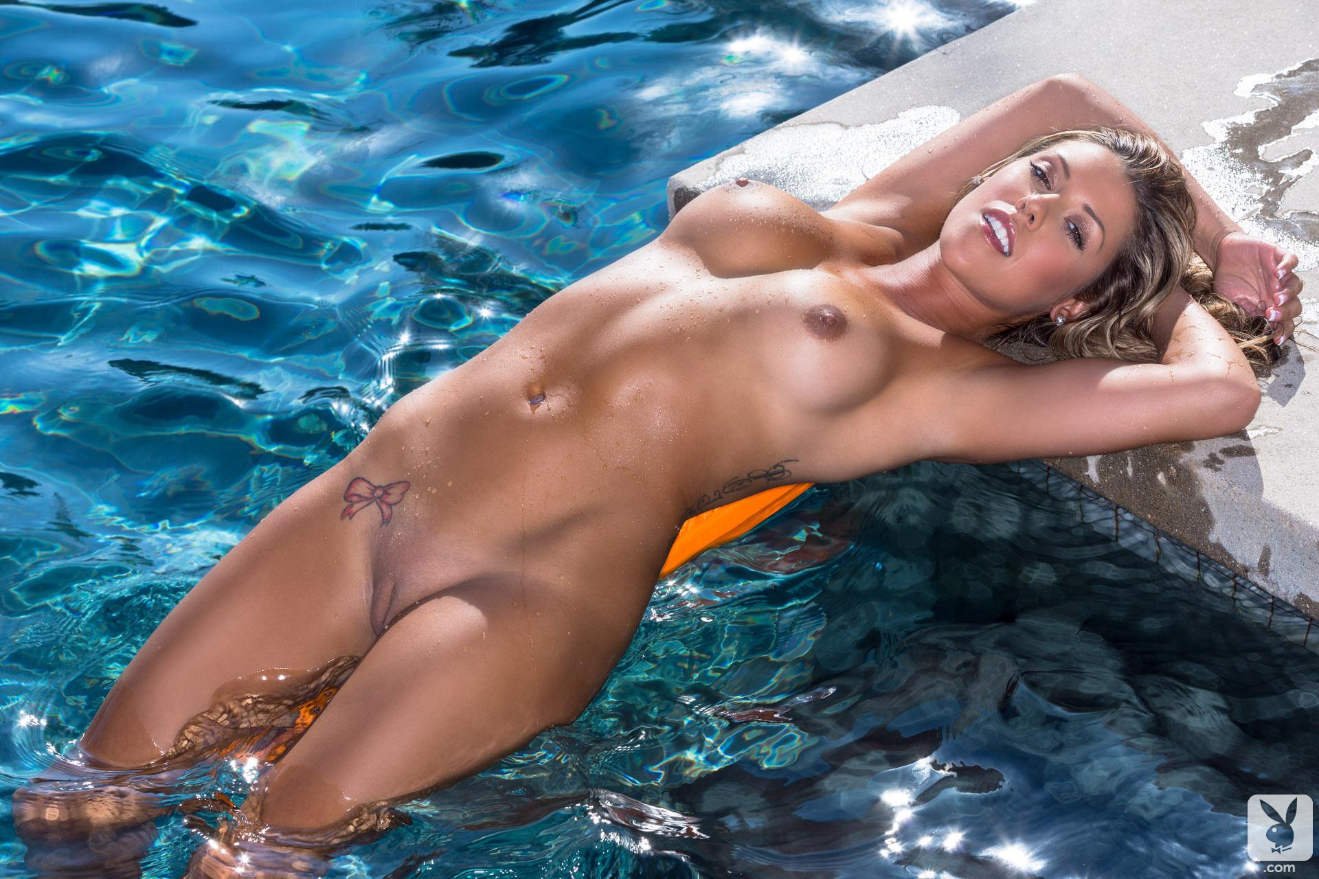 Елена голой купается и позирует под водой