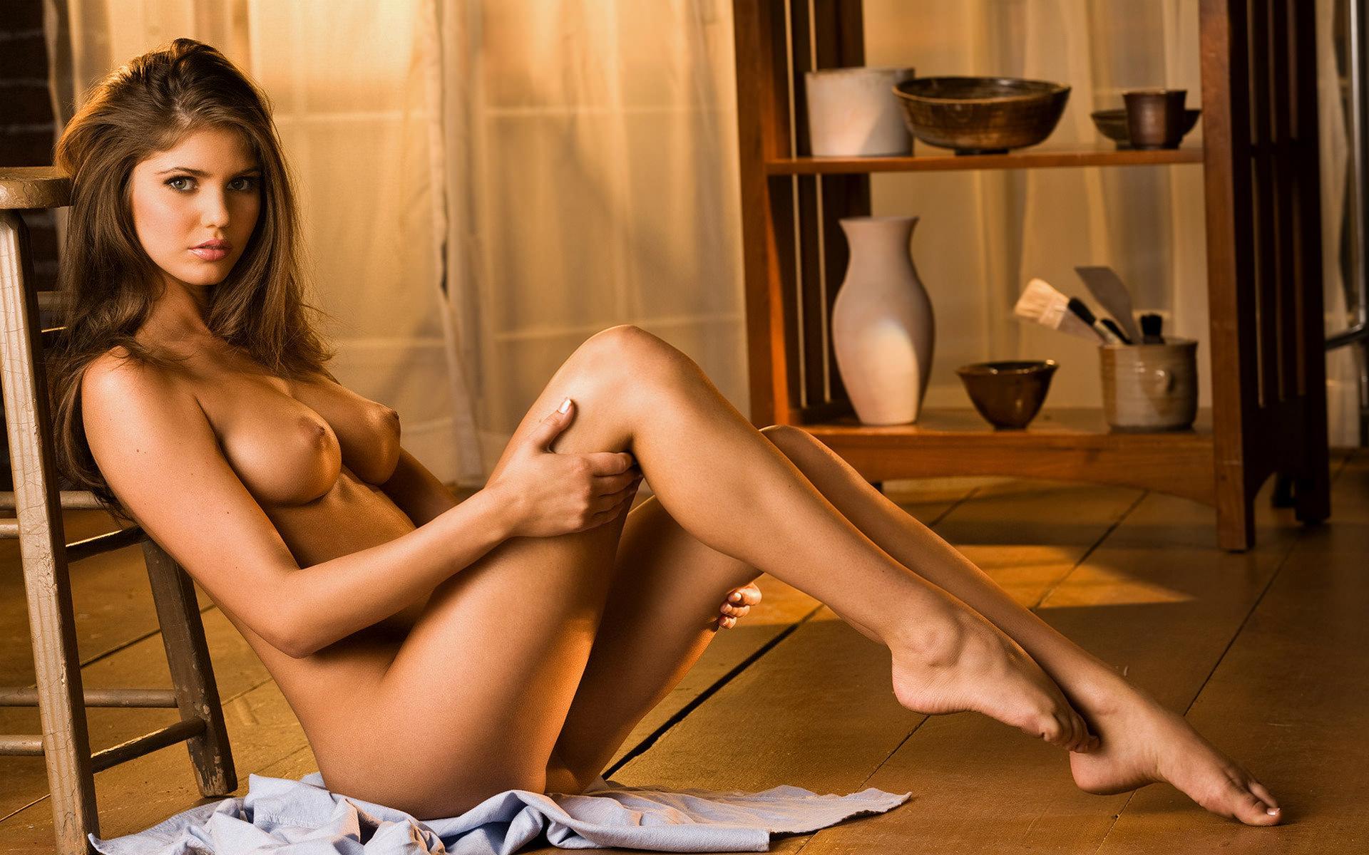 Сексуальная брюнетка с красивыми длинными ножками 25 фотография