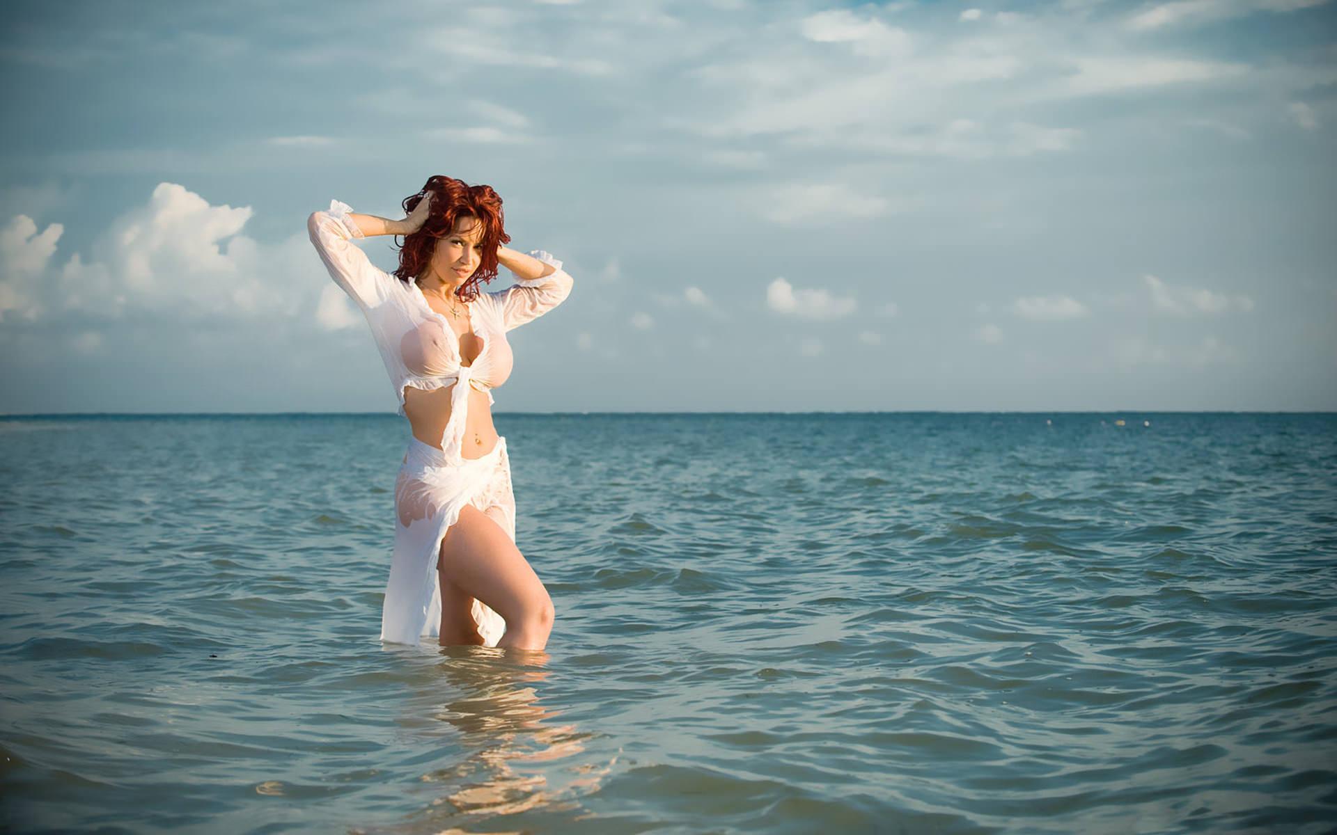 Рыжие девушки в купальнике на пляже 5 фотография