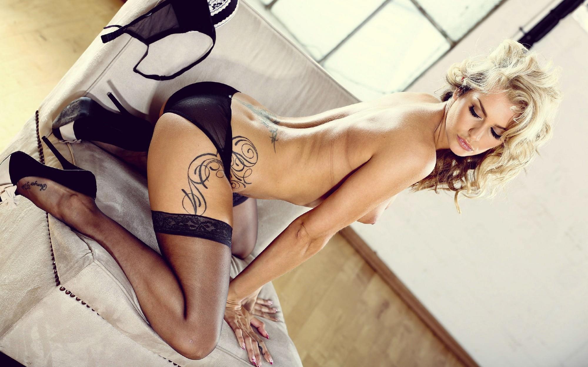 Русский секс с блондинкой с тату на пояснице 11 фотография