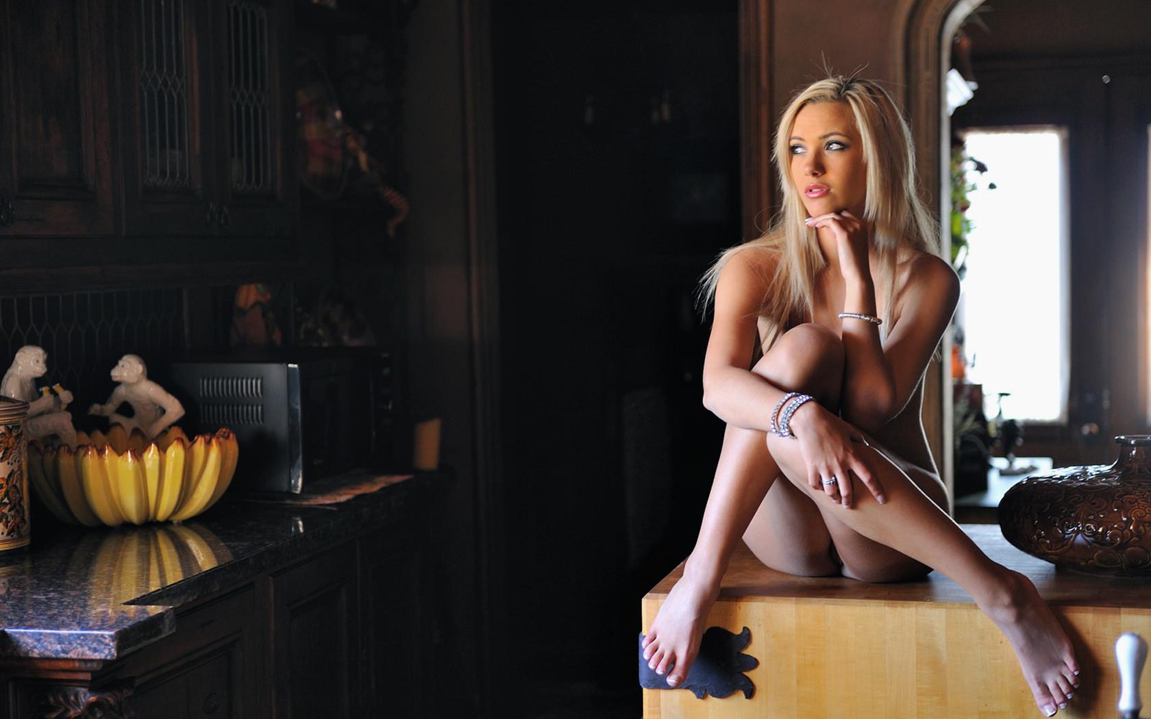 Фото голышом на кухне 2 фотография