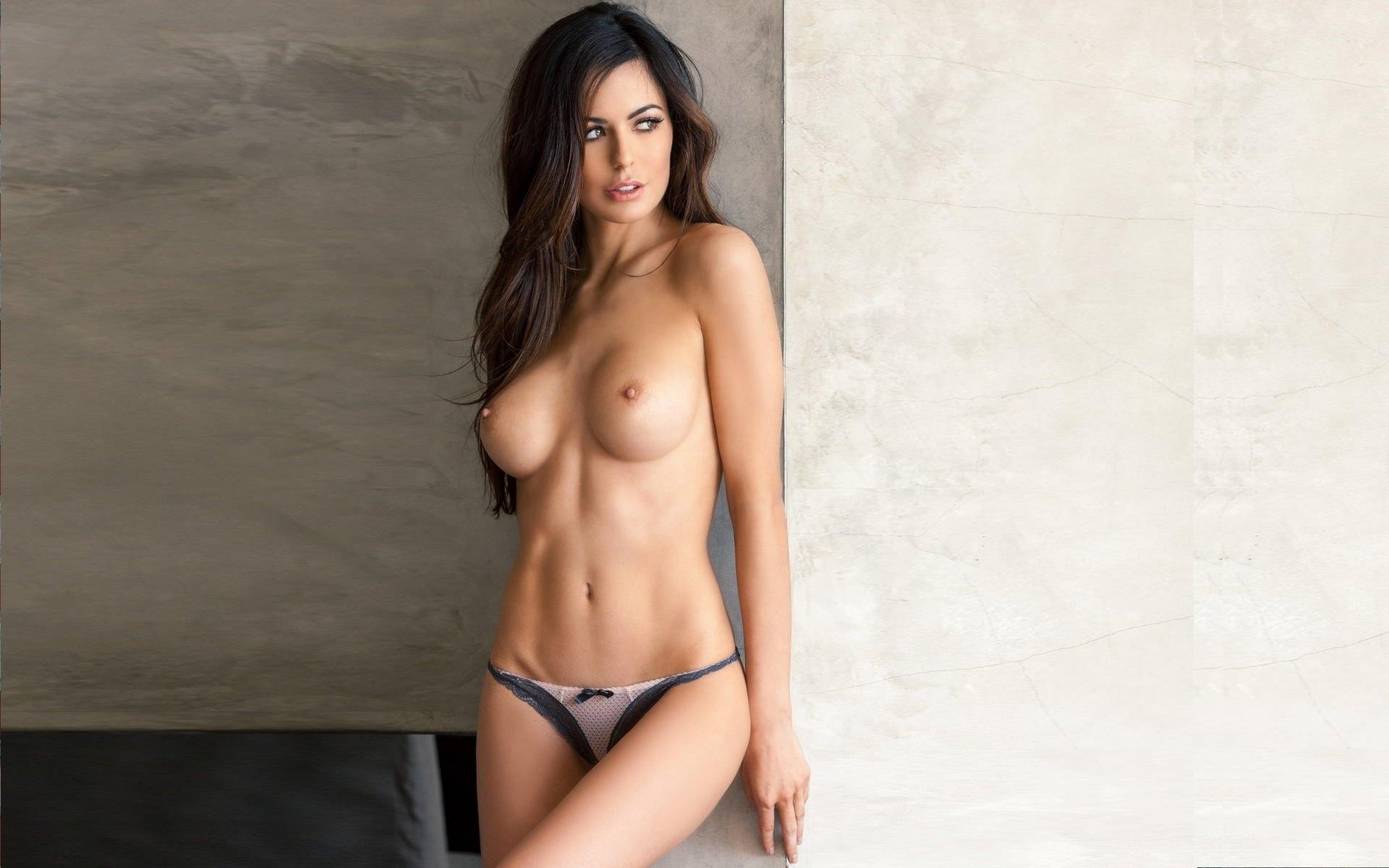 Красивая брюнетка голая