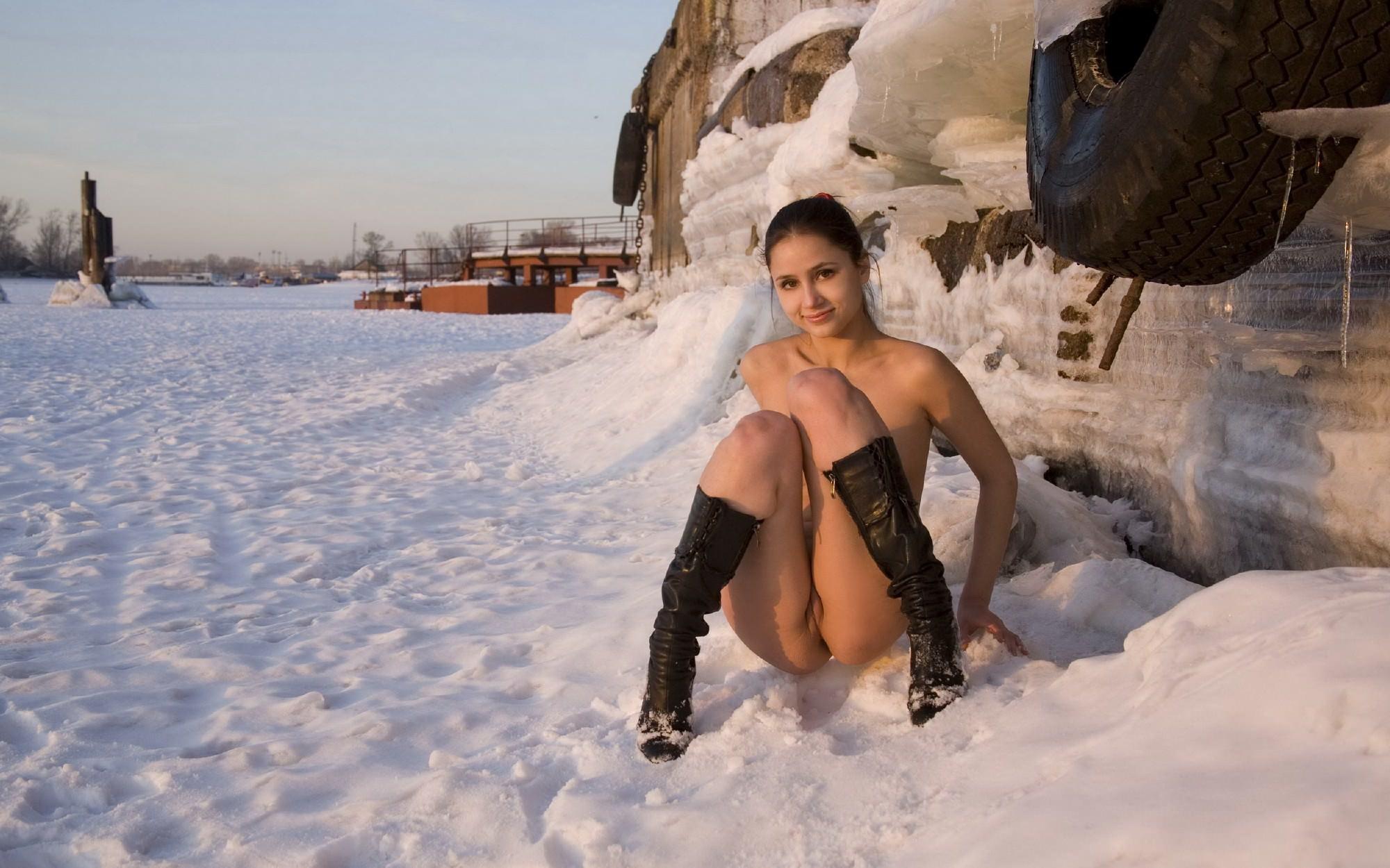 Фото голых на снегу 21 фотография
