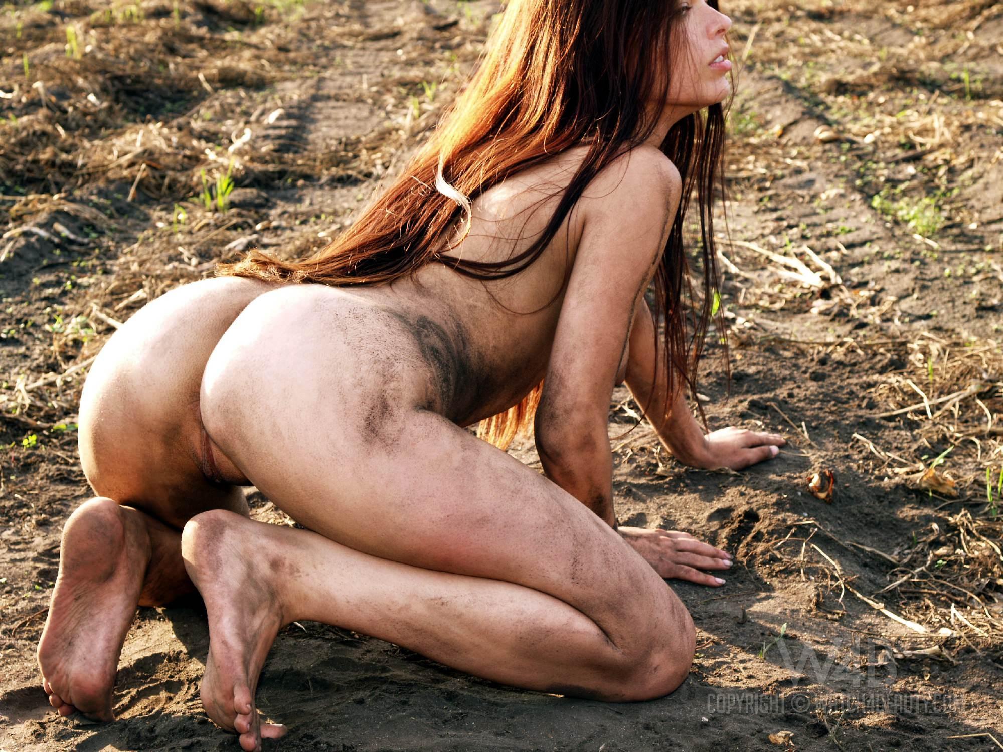 Фото голая девушка в грязи 2 фотография