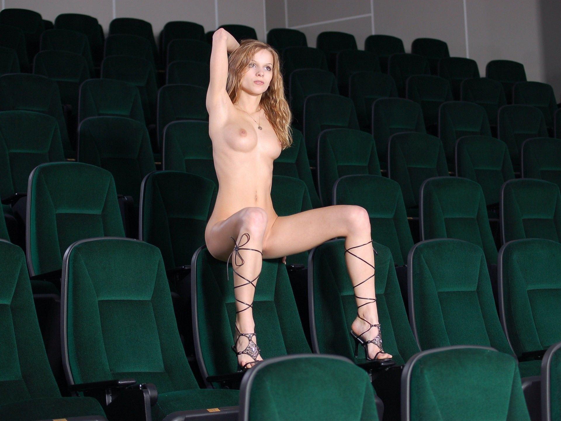 голая в кинотеатре