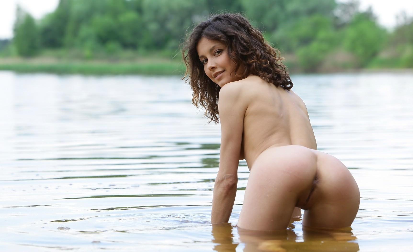 В плаще голый