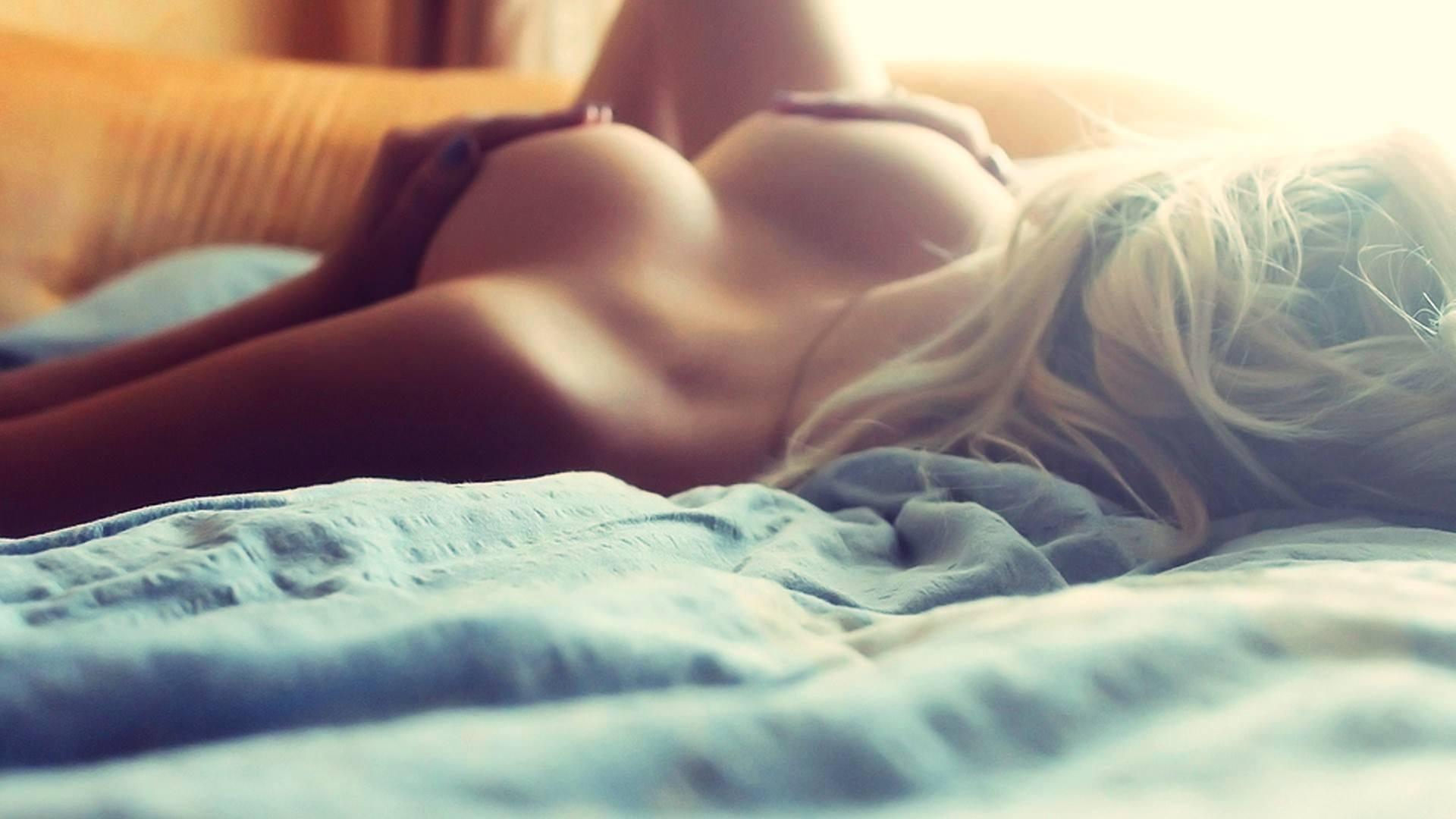Смотреть залезла в постель 9 фотография
