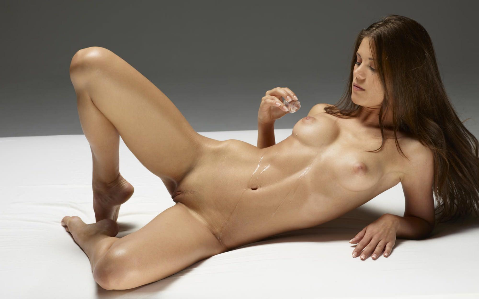 голая девушка на фоне самолета