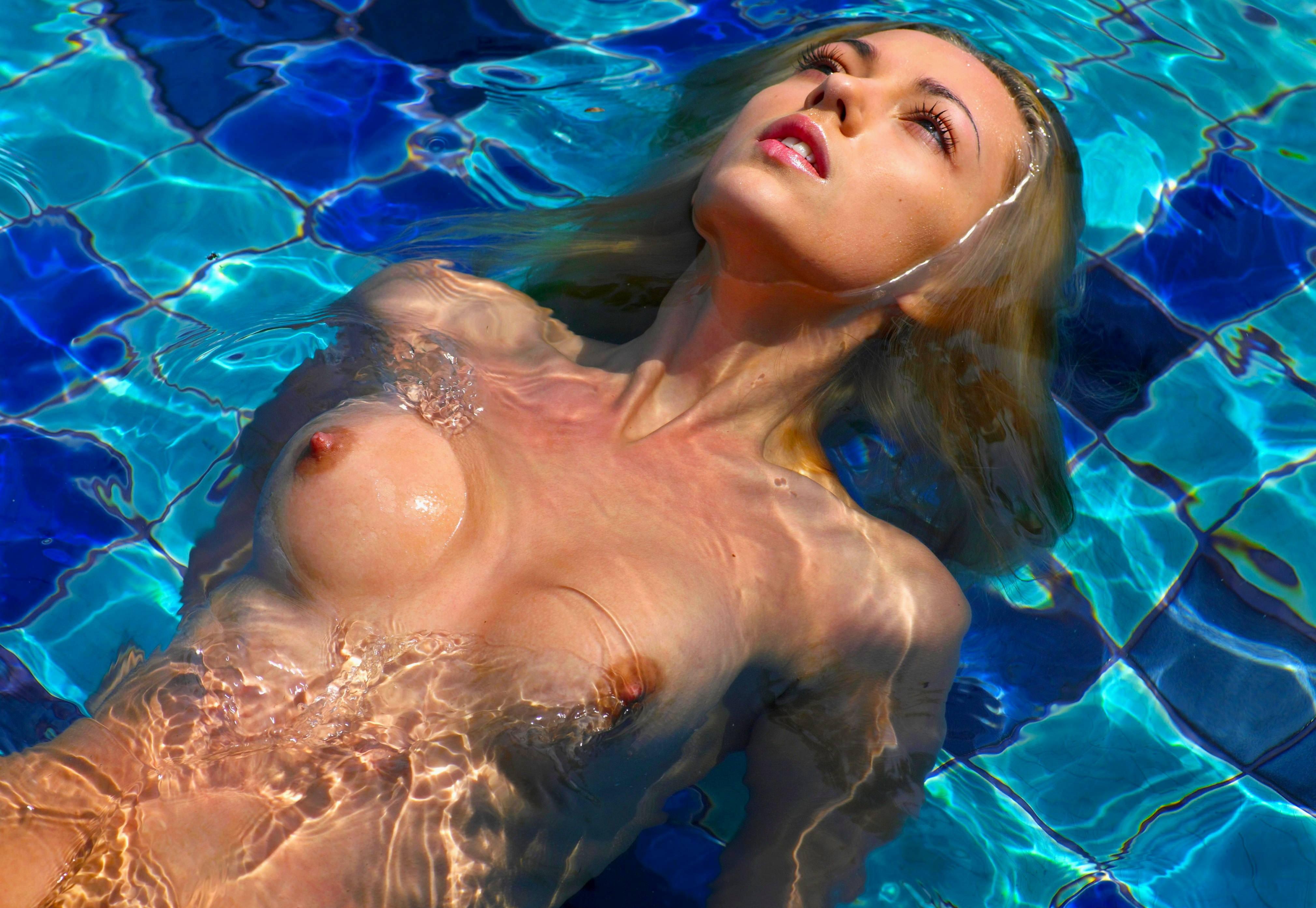 Смотреть как голые девушки плавают в воде 6 фотография