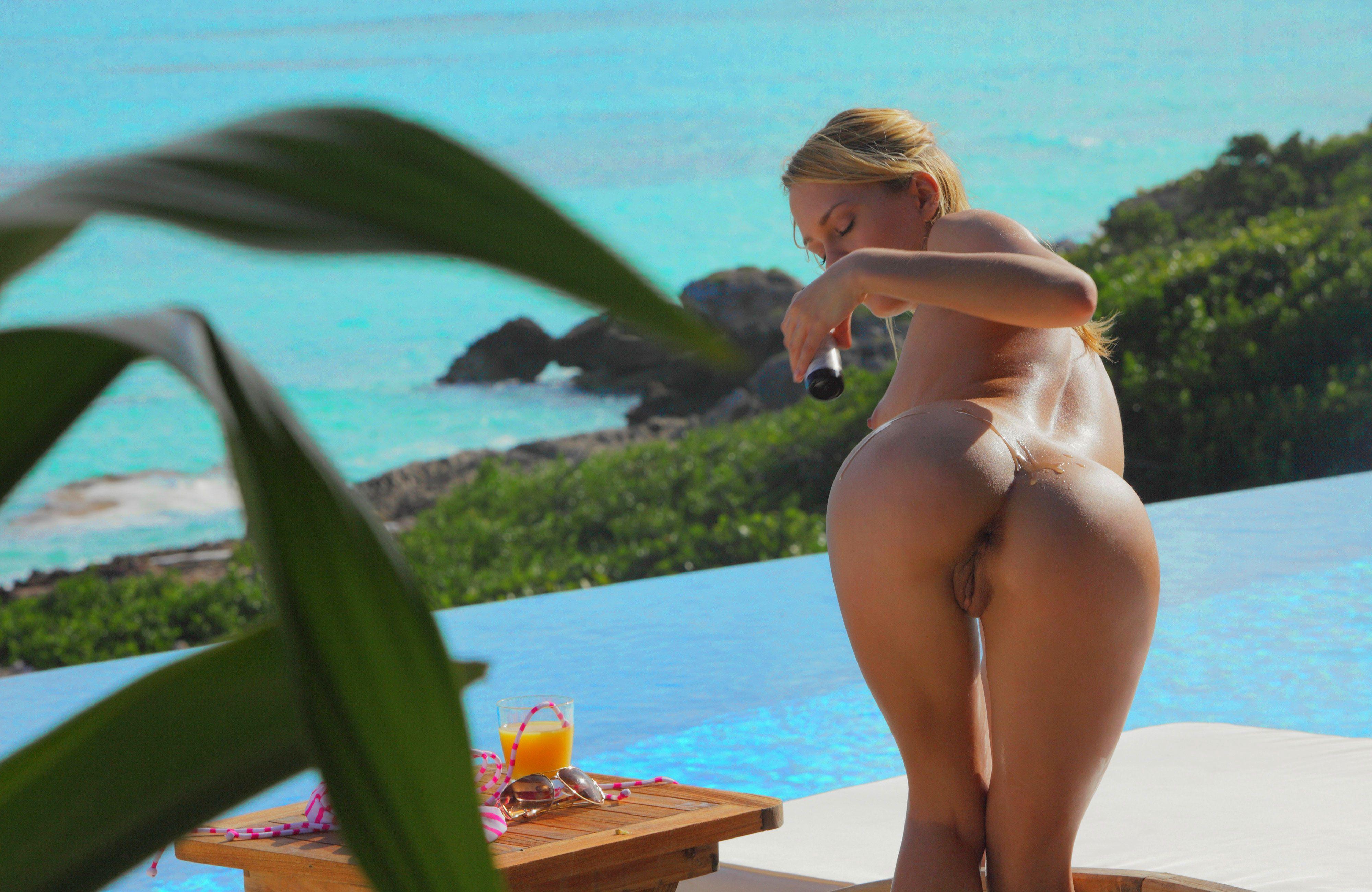 Сексуальные красотки в бассейне 16 фотография