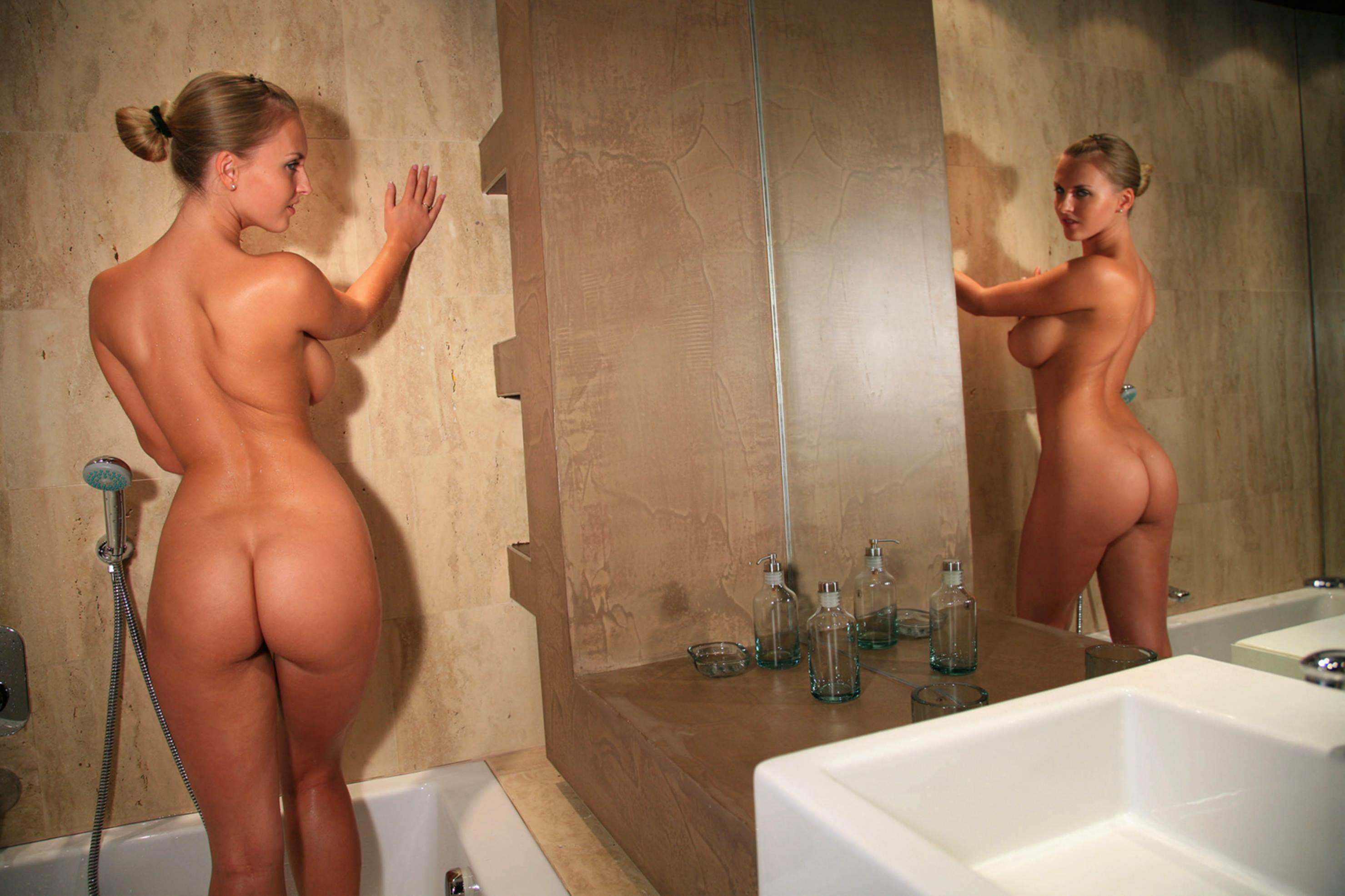 Рыжая девушка в ванной с айфоном пятым голая 21 фотография