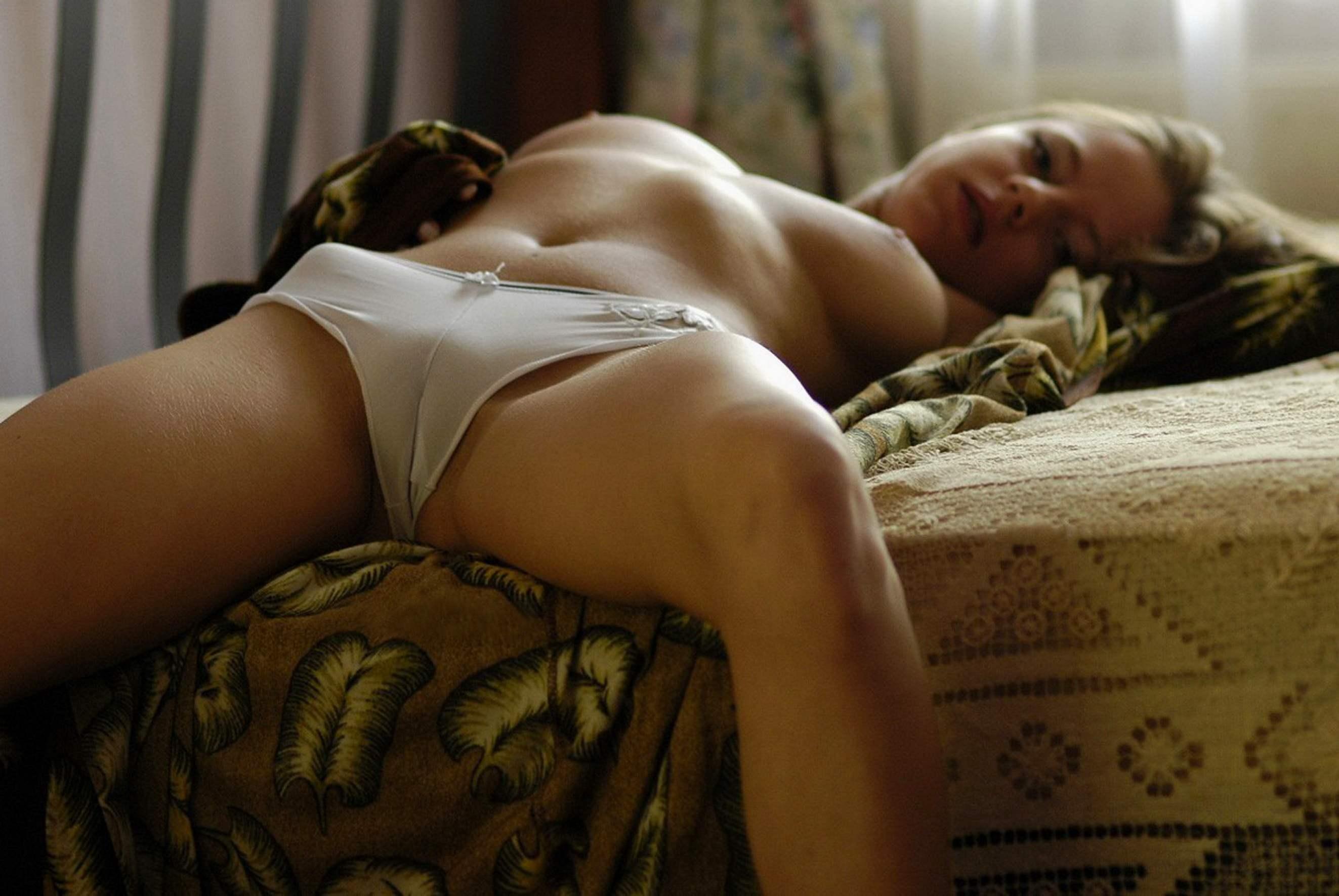 Эрофото девушки в обтягивающих трусиках 29 фотография