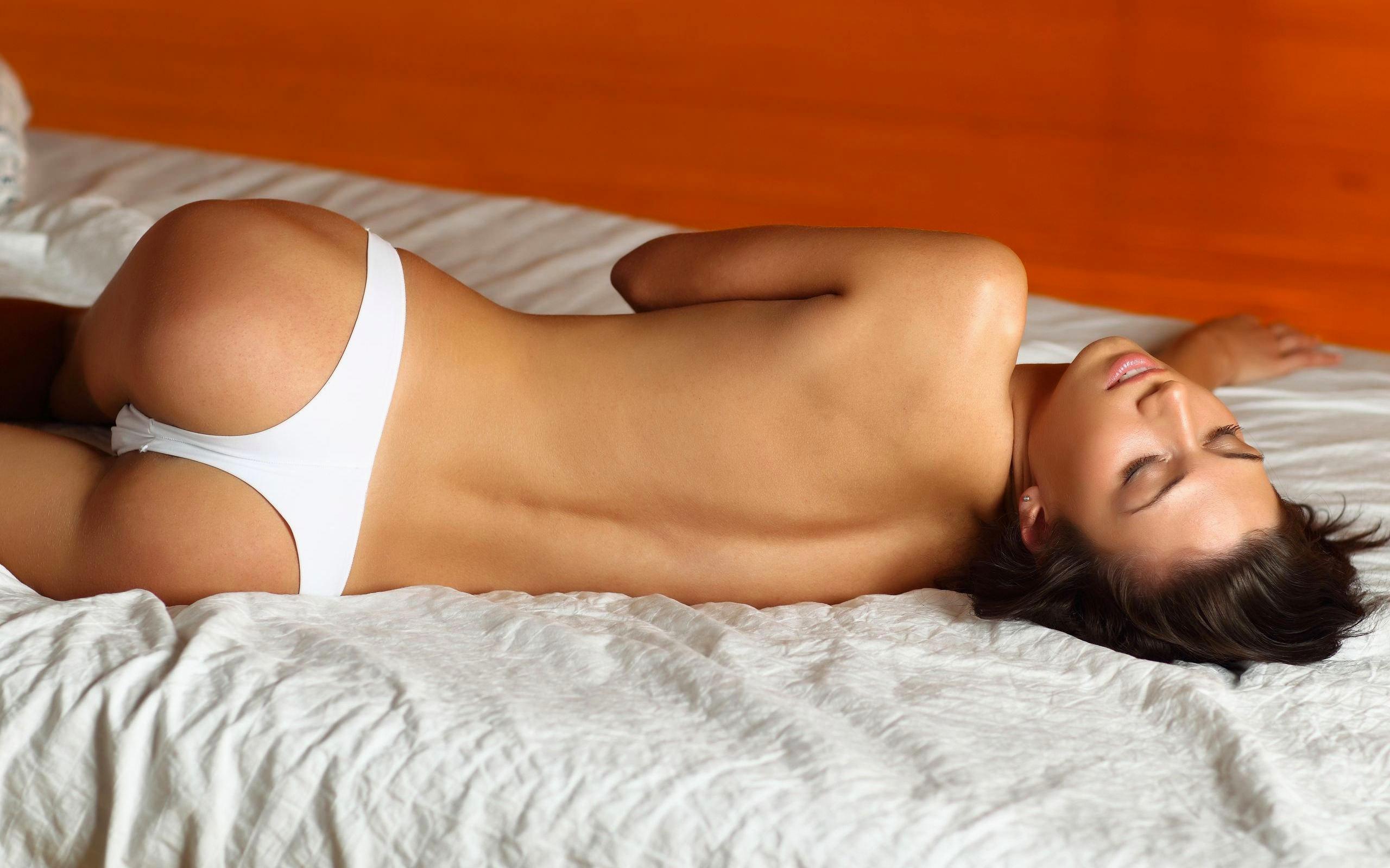 Красивые девушки в стрингах в постели фото фото 239-220