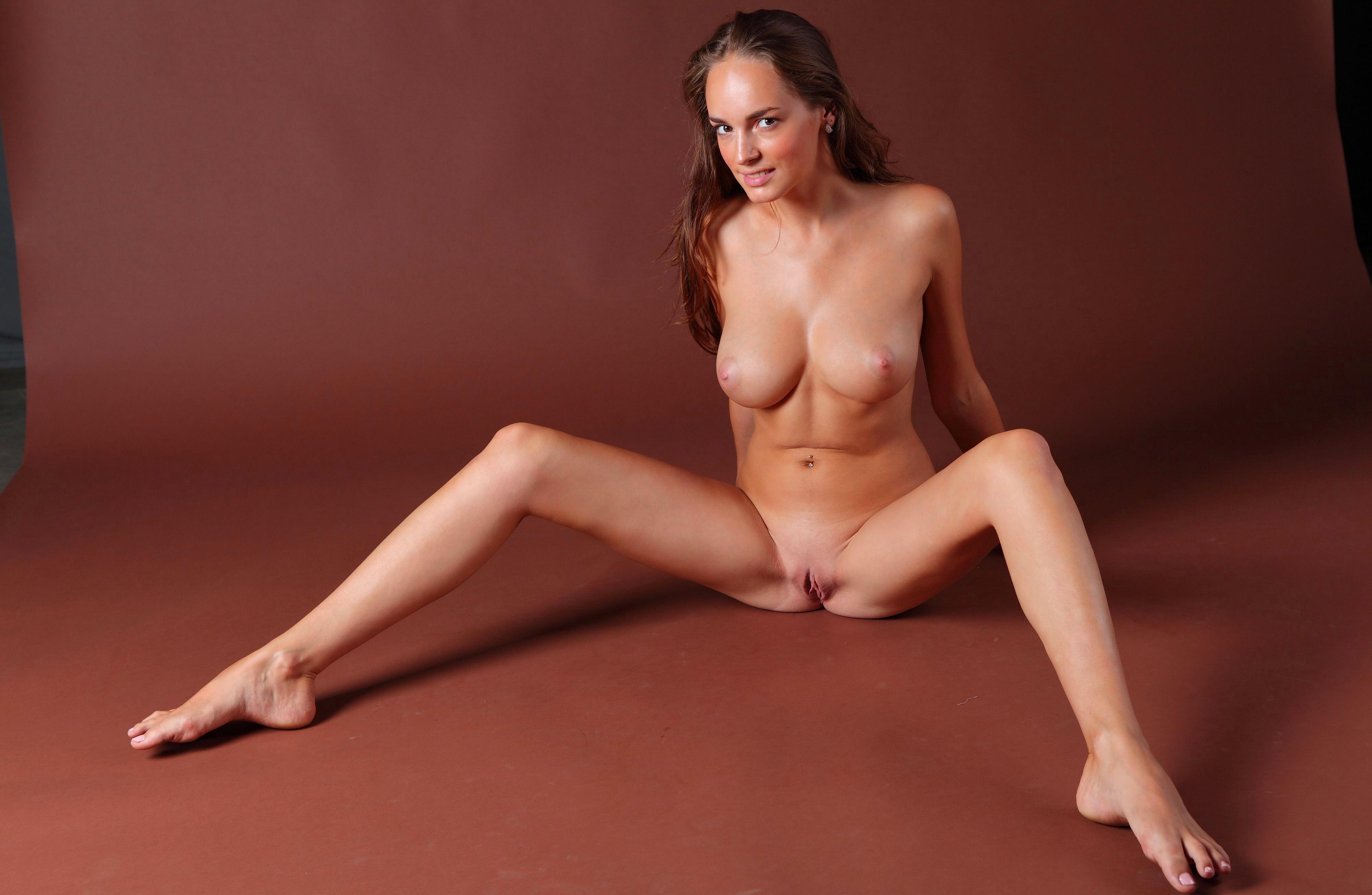 Голая девушка сидит на полу раздвинув ноги фото 741-890