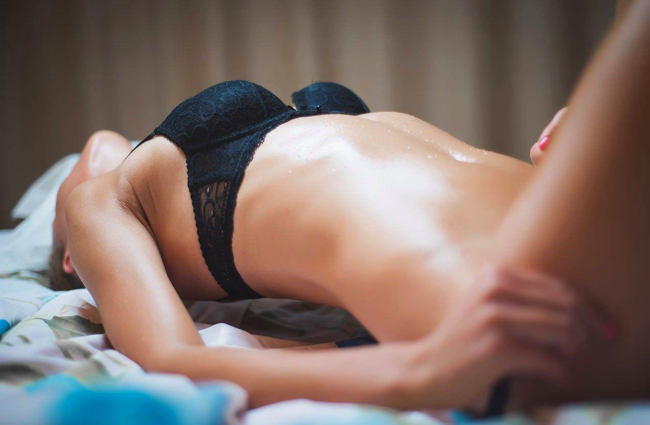 Сексуальная девушка снимает трусики лежа в постели