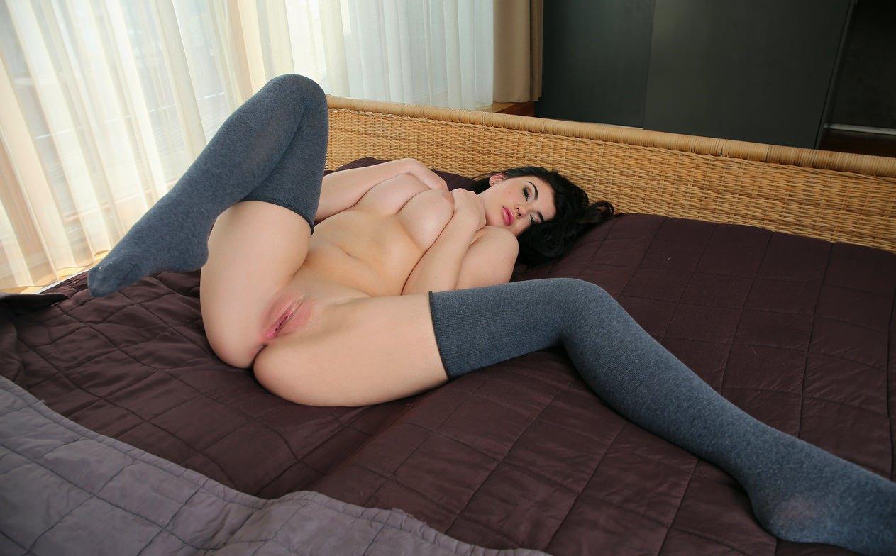 Фото эротика голая девушка на кровати с раздвинутыми ножками 1 фотография