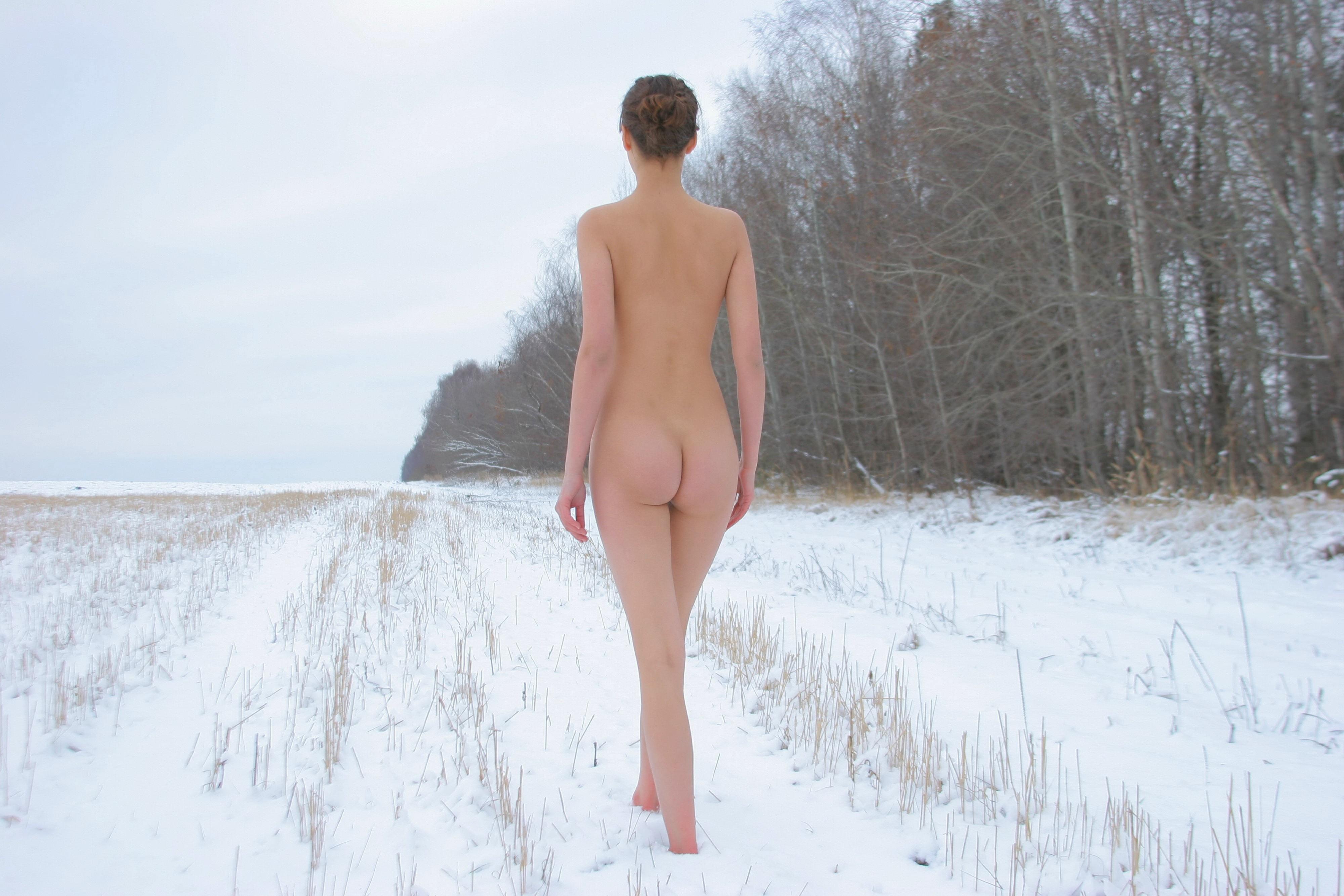 голая девушка зимой в лесу фото