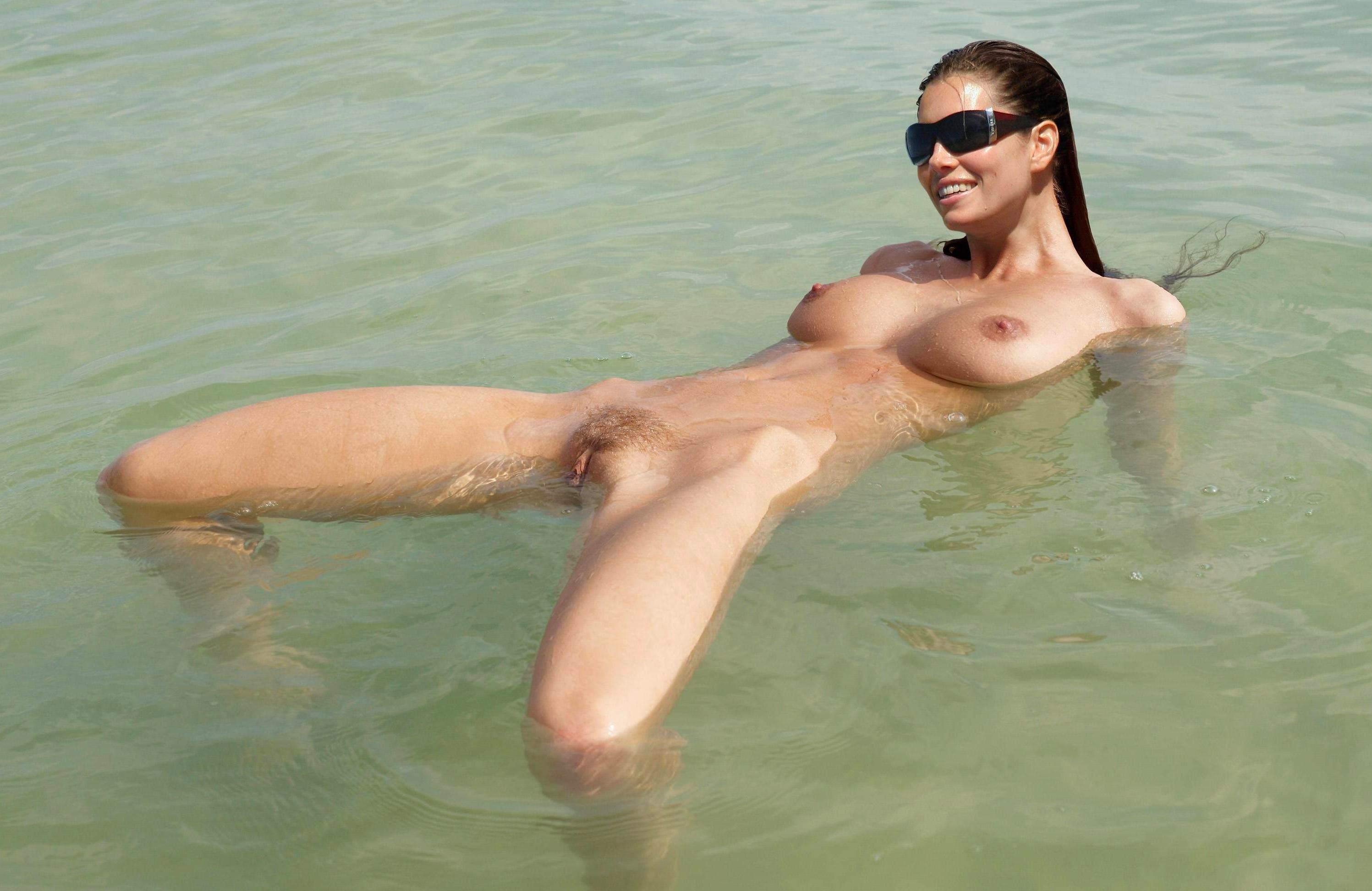Голая девушка в воде купаетс фото 135-138