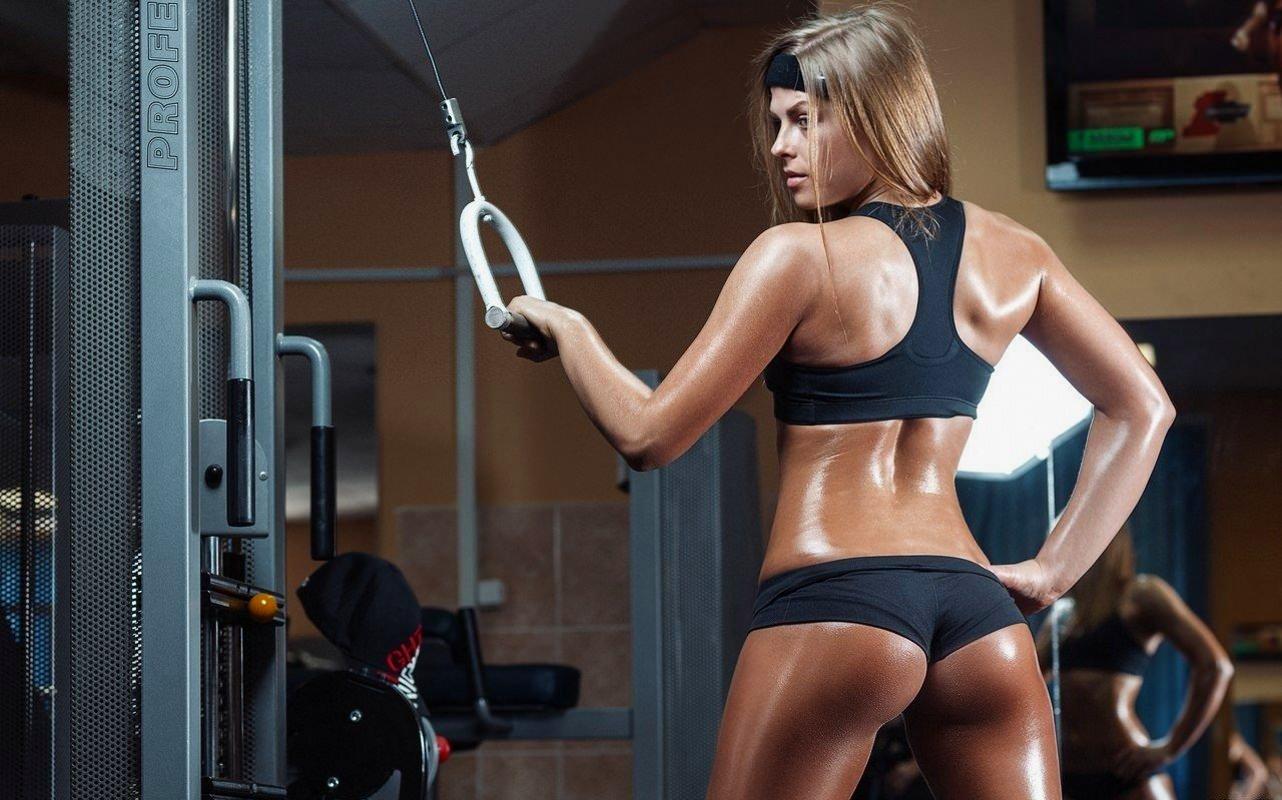 Фитоняшка разделась в спортзале 10 фотография