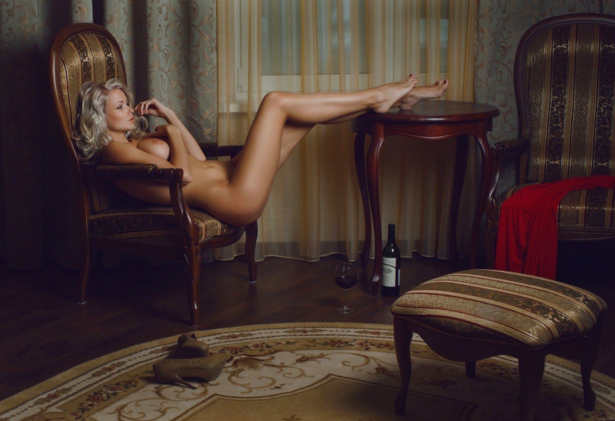 Секси женщина на стуле фото смотреть 17 фотография