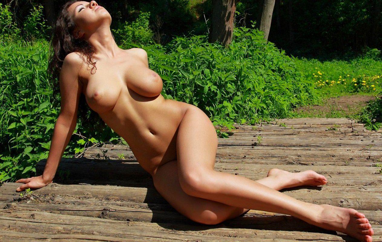 Летом голые девушки