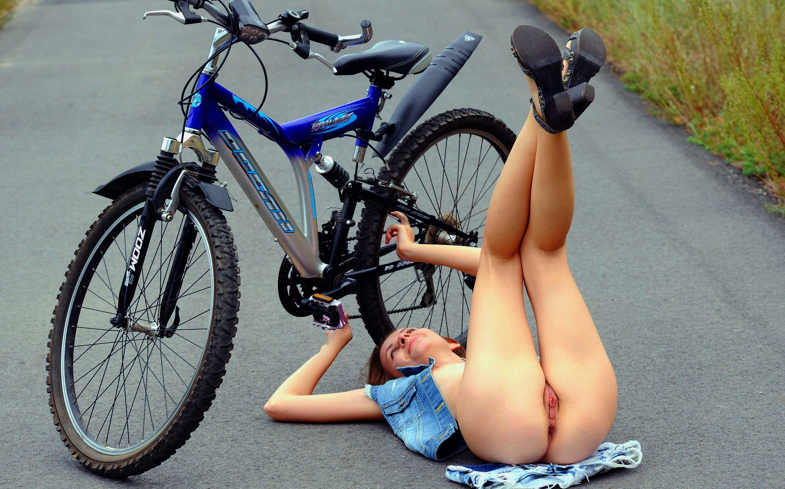 Фото голой попки на велосипеде 12 фотография