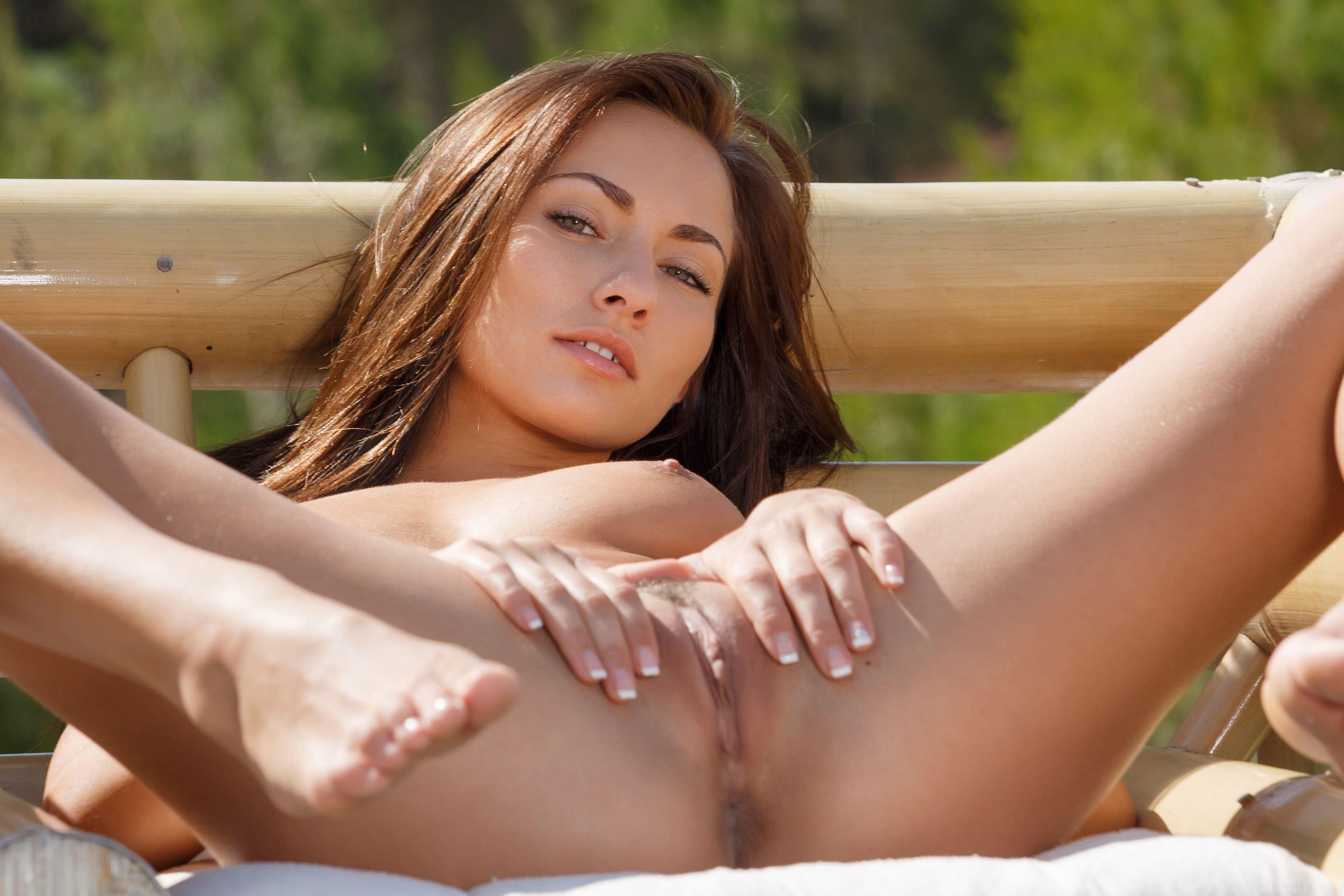 фото голых девок лёжа на рабочий стол