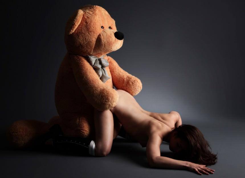 Медведь трахает девушку в попу фото 699-561