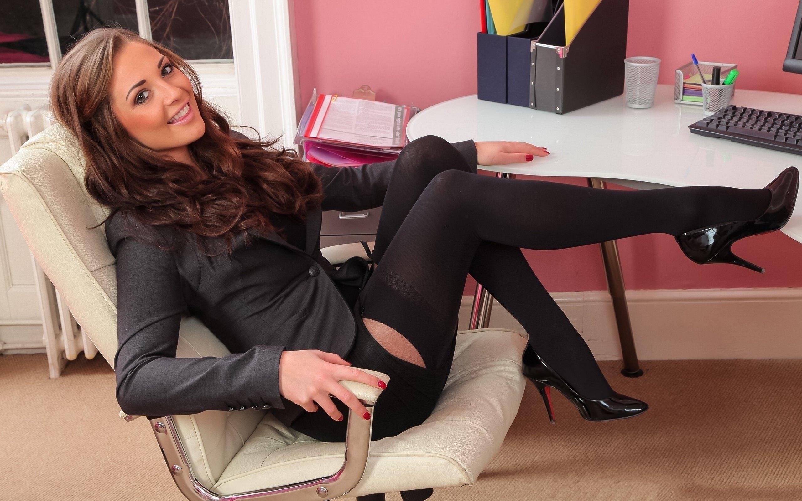 сексуальная секретарша в чулках на столе