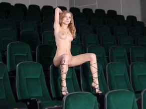 фото голых девушек в кинотеатре